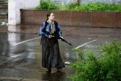 Ukrayna da kadınlar Neo Nazi tecavüz çetelerine karşı silahlı direnişe geçti