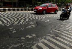 Hindistan'da asfalt yollar mum gibi eriyor.