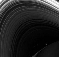 gezegenin uyduları Rhea ve Titan