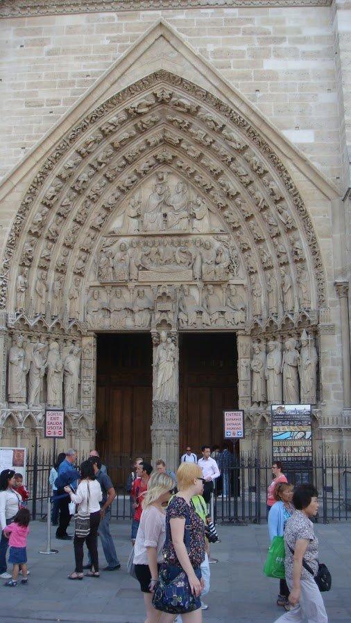 Notre Dame Ünlü Giriş Kapısı