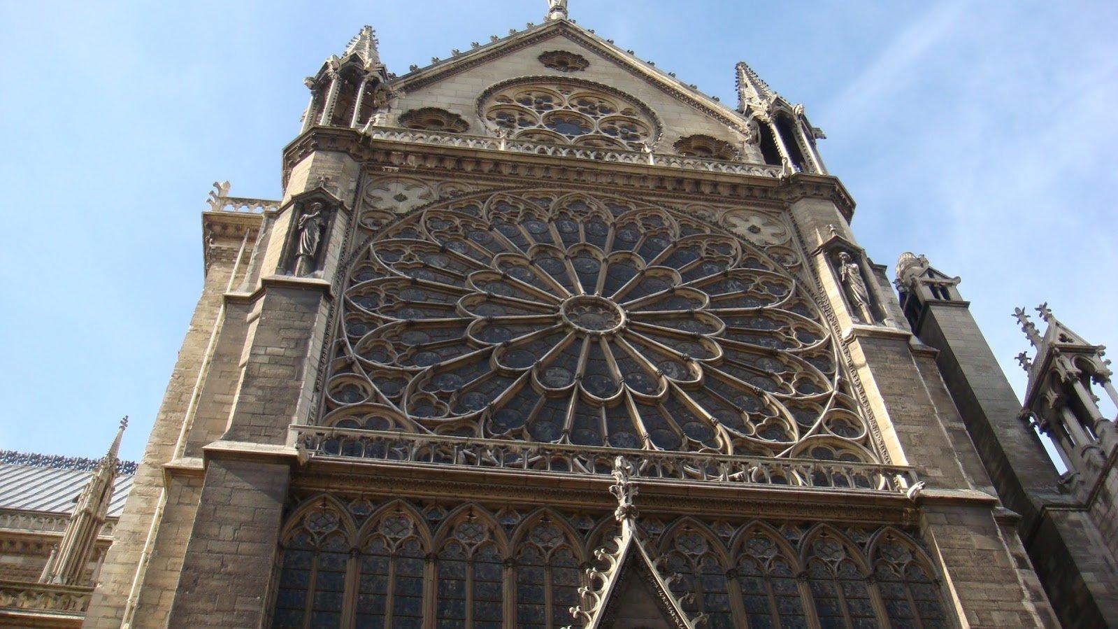 Notre Dame Kilisesi Ünlü Giriş Kapısı Üstü