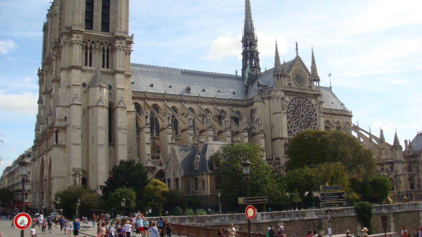 Notre Dame Kilisesi Önden Görünüş