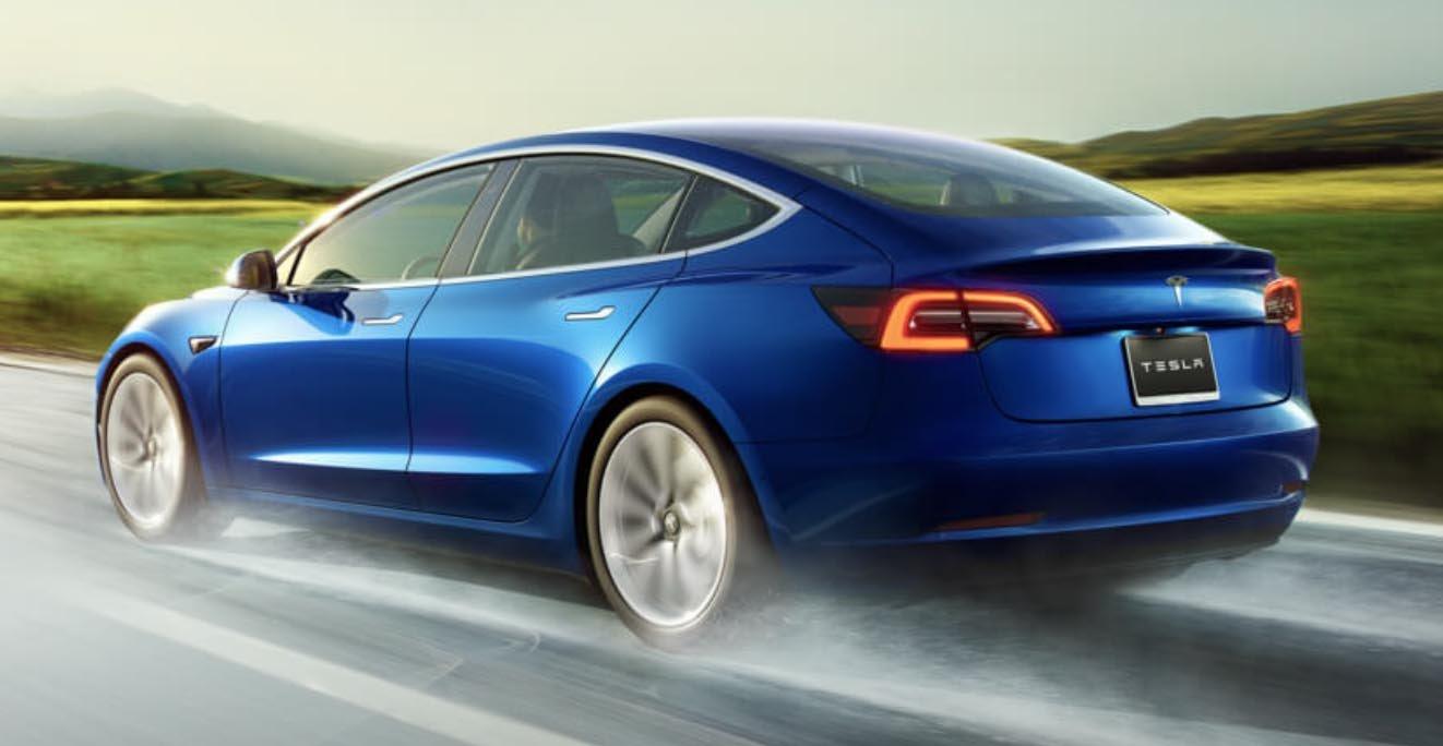 Tesla'nın Model 3 Modeli Amerika'nın En Çok Satan Otomobili Olma Yolunda Hızla İlerliyor